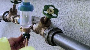 L'aiguille avec hydrophone est inserée dans la conduite d'eau potable