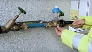 Insertion de l'aiguille avec hydrophone dans la conduite d'eau potable